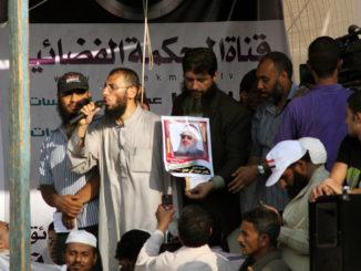 Salafist håller upp ett foto på imamen Omar Abdel Rahman. Foto: Tarek, licens CC BY-SA 2.0, Flickr.com